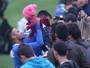 Neymar tem papo íntimo com Micale e tira fotos com torcedores após treino