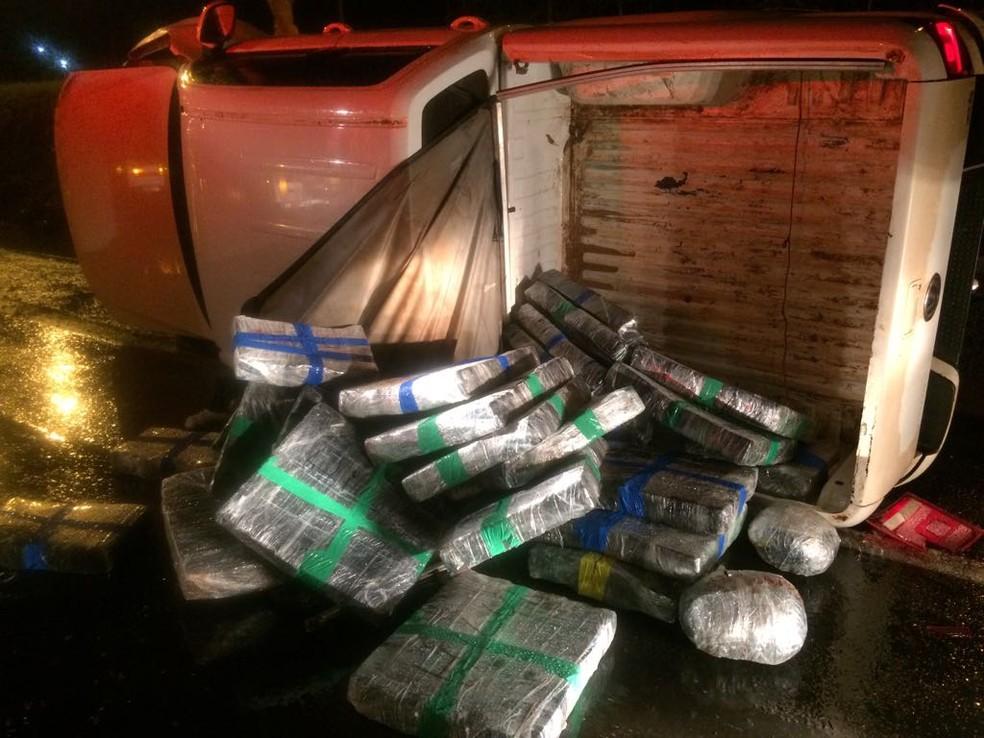 Droga foi encontrada em caminhonete que capotou na PR-444, em Rolândia (Foto: PRE/Divulgação)