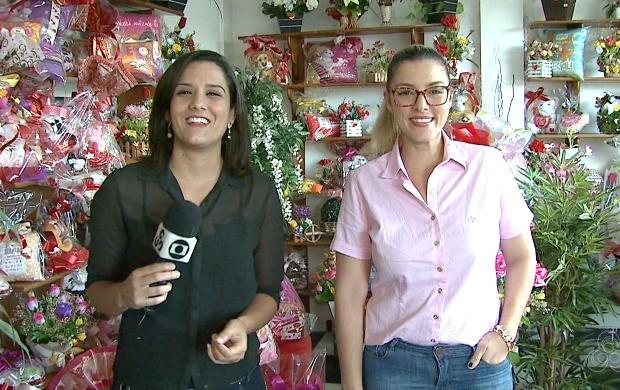 Júnia Vasconcelos e Mariana Tavares mostraram uma variedade de presentes para os casais (Foto: Acre TV)