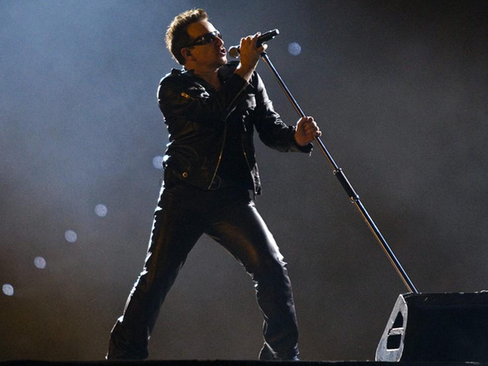 Bono se apresenta com o U2 na despedida da turnê 360º no sábado, no Canadá (Foto: AP/Andrew Vaughan)