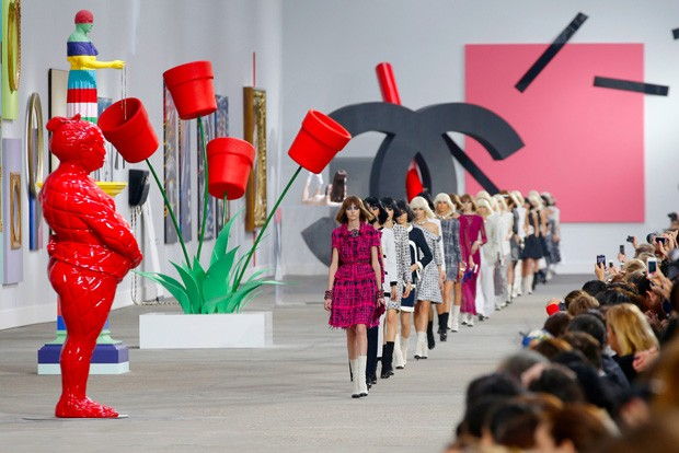 Models present creations as part of Chanel's ready-to-wear Spring/Summer 2014 fashion collection, presented Tuesday, Oct. 1, 2013 in Paris. (AP Photo/Christophe Ena) (Foto: AP)