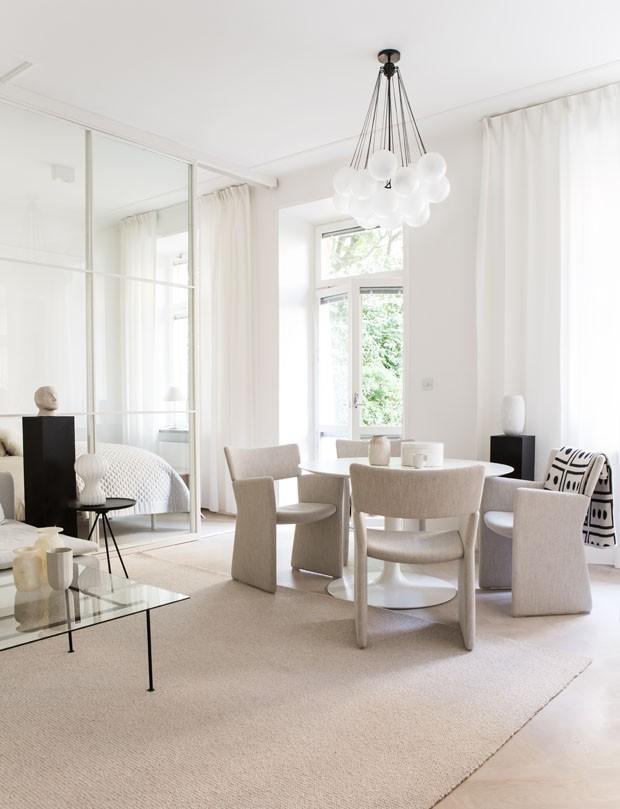 Branco puro dá impacto a apartamento minimalista (Foto: Divulgação)