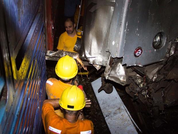 Bombeiros trabalham no resgate aos feridos da colisão entre dois trens em Mesquita, no Rio de Janeiro (Foto: Douglas Viana/Futura Press/Estadão Conteúdo)