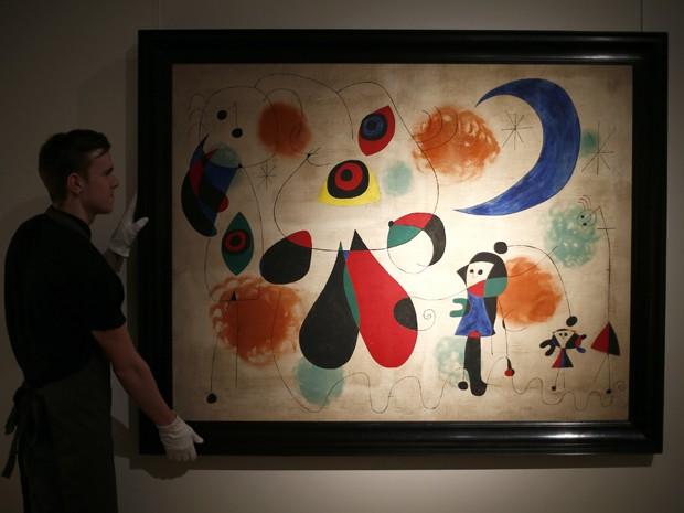 'Pintura (Mulher, lua, pássaros)', um óleo de 1950 de Joan Miró (Foto: REUTERS/Andrew Winning)