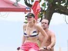 Roger Flores dá carona para sua namorada em passeio de bicicleta