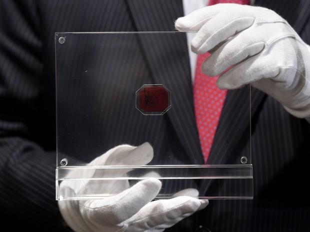 Minúsculo selo octogonal tem dimensões de 2,54 centímetros por 3,18 cm. (Foto: AFP)