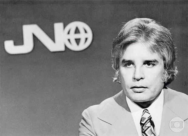 O APRESENTADOR Cid Moreira, um dos dois apresentadores iniciais do Jornal Nacional, em 1969. O  JN foi o primeiro telejornal em cadeia nacional (Foto: Acervo TV GLOBO/CEDOC)