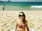 Vitoria Frate posa de biquíni na praia e mostra barriguinha de grávida