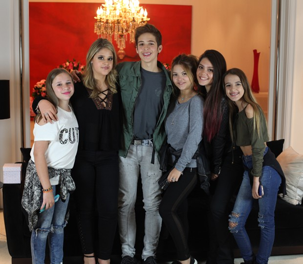 Maria Cavalcante, João Guilherme, Julia Gomes e as fãs do cantor (Foto: Divulgação)