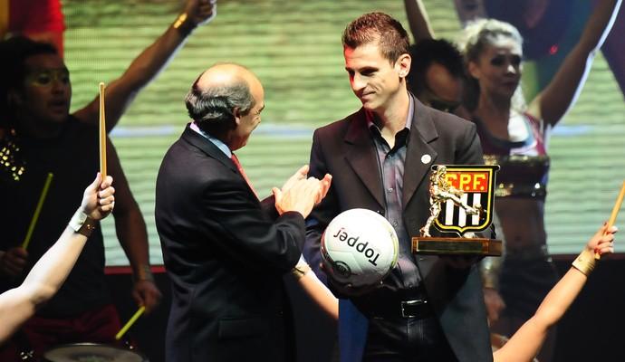 Fumagalli, do Guarani, recebe prêmio da FPF (Foto: Marcos Ribolli / Globoesporte.com)