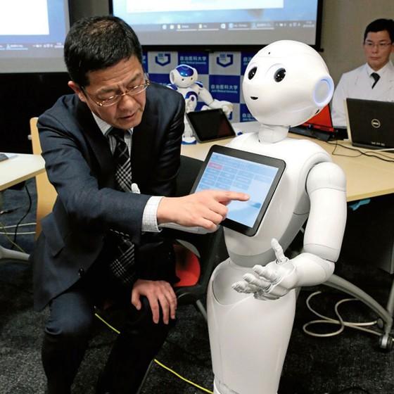 Paciente testa entrevista médica do robô da Universidade Jichi no Japão.O plano é ajudar os médicos de verdade a identificar sintomas (Foto: The Asahi Shimbun via Getty Images)
