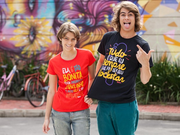 Os atores Isabella Santoni e Rafael Vitti com a camiseta exclusiva da Globo Marcas (Foto: Fabiano Battaglin / Gshow)