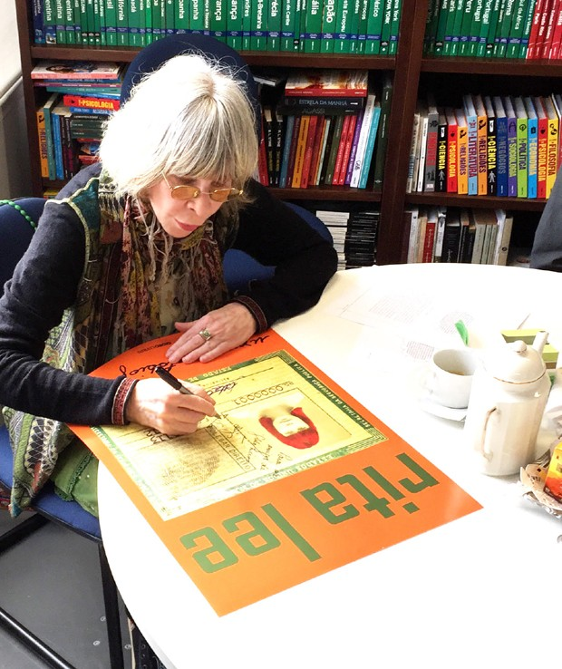 Rita assina o pôster da capa criada por ela para o livro (Foto: Guilherme Samora)