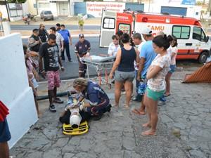 No momento, havia algumas pessoas no ponto de ônibus, mas apenas uma foi atingida, segundo PM (Foto: Walter Paparazzo/G1)