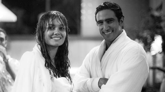 Veja fotos dos bastidores da cena romântica de Alice e Renato sob a chuva