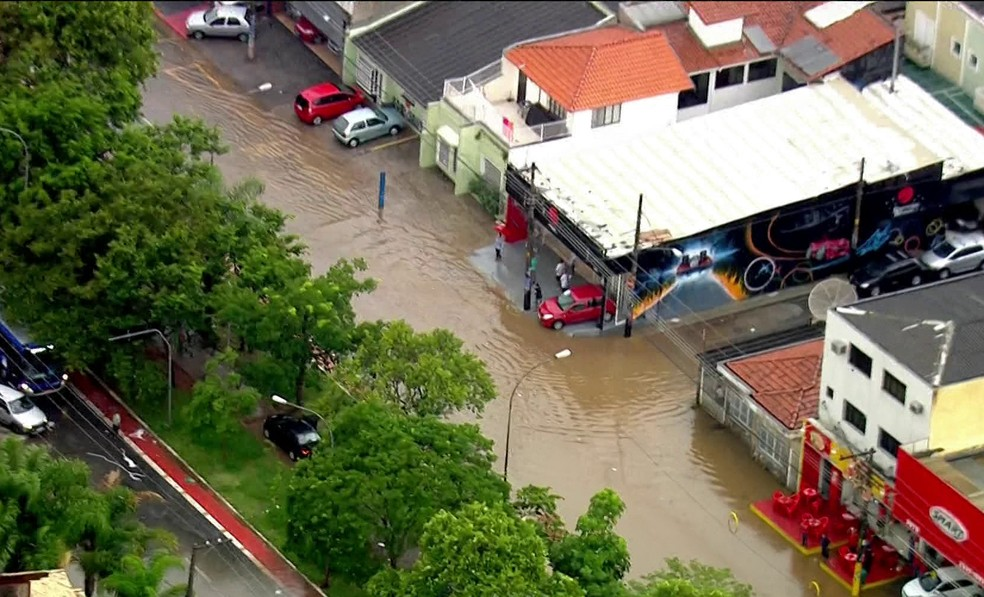 Rua alagada na Zona Norte  (Foto: Reprodução/ TV Globo )