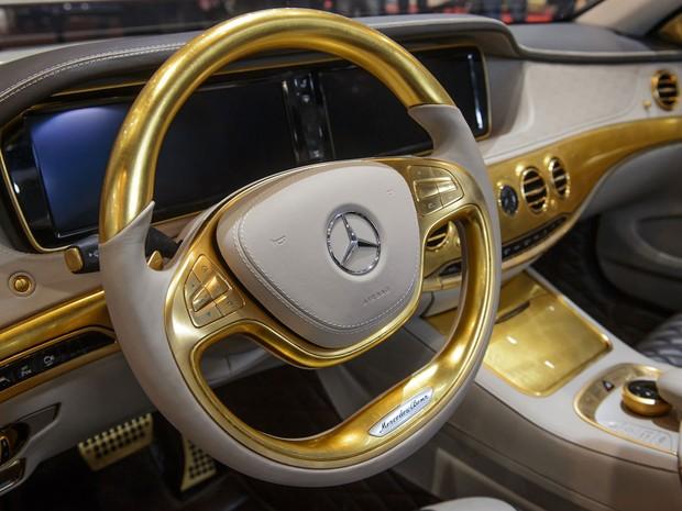 Volante folheado a ouro do novo Carlsson CS50 Versailles (Foto: Fabrice Coffrini/AFP) (Foto: Fabrice Coffrini/AFP)