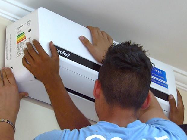 Técnicos instalam ar condicionado em imóvel de Campinas (Foto: Reprodução / EPTV)