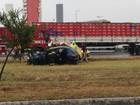 Carro capota e duas pessoas ficam feridas na Dutra em São José, SP