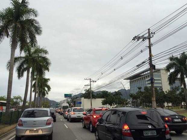 Acesso para Riocentro na Avenida Abelardo Bueno com trânsito intenso na tarde deste sábado (5).  (Foto: Fernanda Rouvenat/G1 )