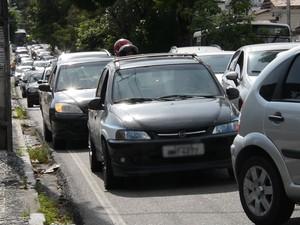 O condutor de um dos veículos parou de vez ao perceber que o semáforo estava amarelo, com a freada brusca, o carro que seguia atrás não parou a tempo e acertou a traseira. Outros dois carros que seguiam na mesma faixa também não conseguiram desviar do aci (Foto: Walter Paparazzo/G1)