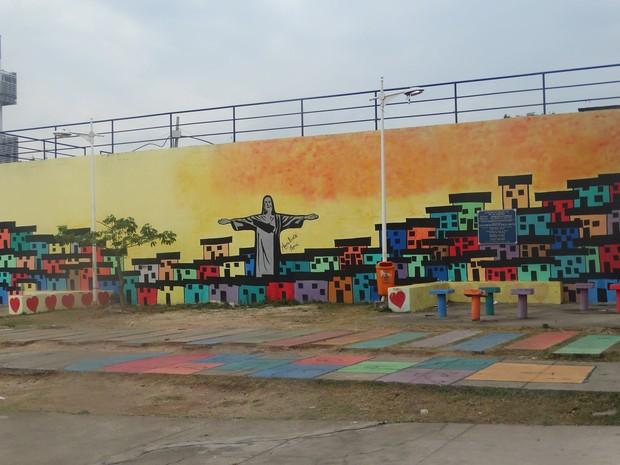 Projeto Favela Art colore ruas, chão, postes e paredes pelo Complexo do Alemão (Foto: Divulgação/Mariluce Mariá)