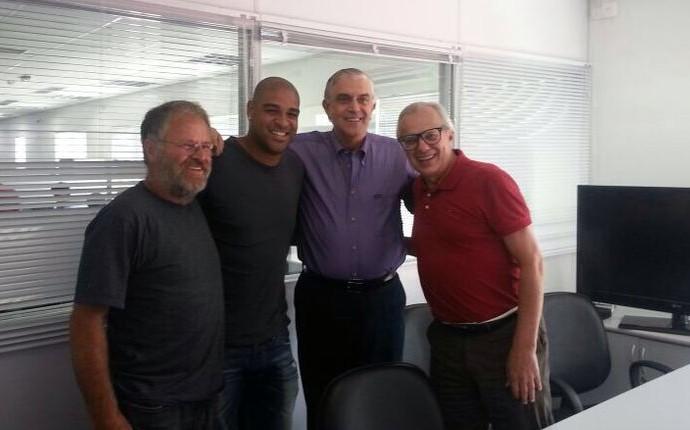 ADriano é recebido por empresários do Atlético-PR (Foto: Divulgação)