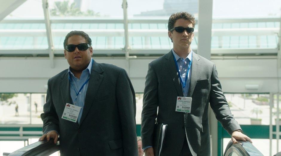 Efraim (Jonah Hill) e David (Miles Teller) procuram bons negócios em vários lugares do mundo (Foto: Warner Bros)