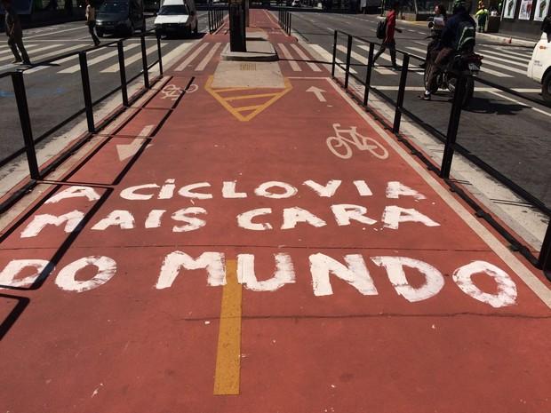 Ciclovia da Avenida Paulista é fechada com pichações contra Lula e gastos com a construção da faixa (Foto: Paula Paiva/G1)