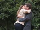 Jessica Alba e Pierce Brosnan trocam beijão em filmagem