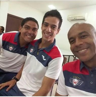 Alex Silva em foto com companheiros de clube na Bolívia (Foto: Arquivo Pessoal)