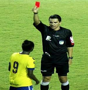 Jogadora xinga e arranca apito da boca do árbitro (Foto: Reprodução/TV Brasil)