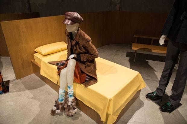 Prada usa camas em vez de cadeiras em seu desfile (Foto: Lucas Possiede)