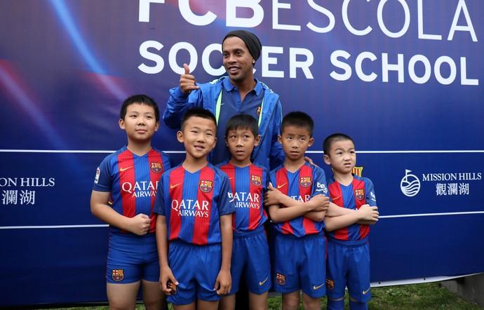 Ronaldinho escola Barcelona China (Foto: AFP)