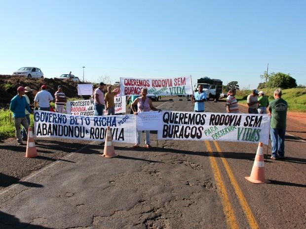 Protesto bloqueou os dois sentidos da rodovia localizada entre Uniflor e Paranacity  (Foto: Arquivo pessoal/ Lucas Siqueira Del Grossi)