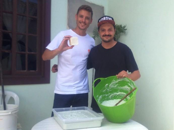 Dono de estabelecimento reaproveita óleo utilizado em frituras (Foto: RBS TV/Divulgação )