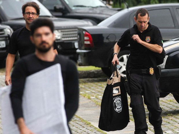 Agentes da PF chegam com malotes à sede da Polícia Federal, em São Paulo, durante a 6ª fase da Operação Zelotes, que tem o grupo Gerdau como alvo das investigações (Foto: Leonardo Benassatto/Futura Press/Estadão Conteúdo)