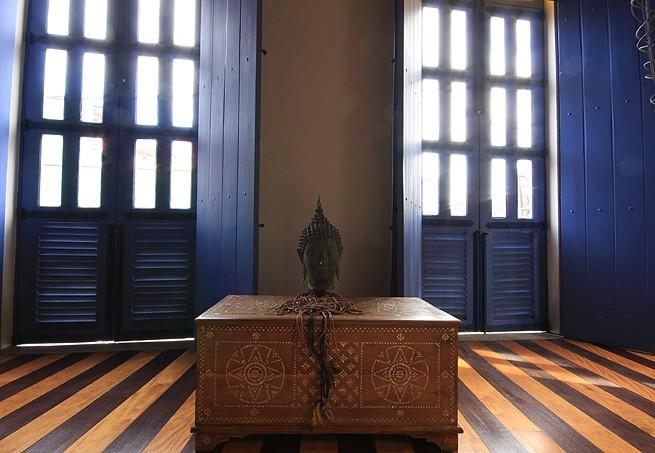 No casarão de 1850, em Belém do Pará, vive o engenheiro florestal Milton Kanashiro. Este canto foi decorado com uma escultura indiana, que fica sobre o baú de madeira trabalhado com desenhos (Foto: Rogério Voltan/Editora Globo)