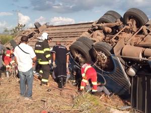 Equipes de resgate trabalham no atendimento aos passageiros na Via Dutra, em Pindamonhangaba. (Foto: Eduardo Marcondes/TV Vanguarda)