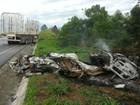Carro pega fogo depois de bater em caminhão, e duas pessoas morrem