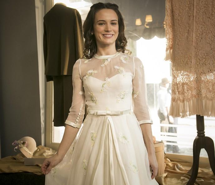 Bianca Bin posa com o vestido de noiva de Maria em 'Êta Mundo Bom!' (Foto: Raphael Dias/Gshow)