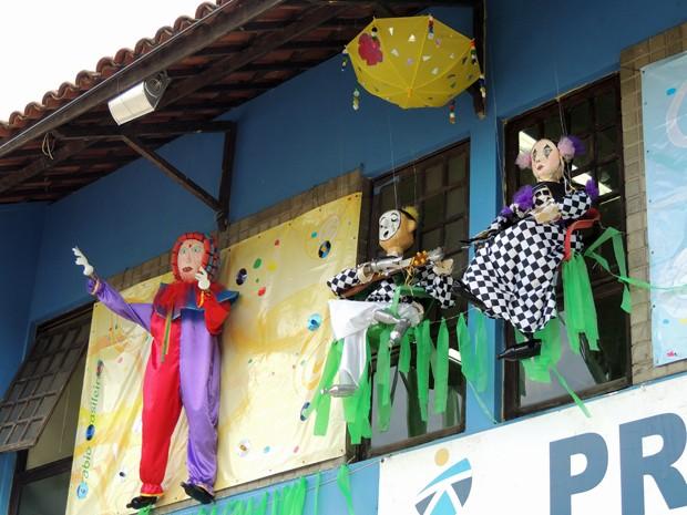 Bonecos da decoração carnavalesca foram feitos com material reciclável (Foto: Katherine Coutinho / G1)