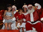 Scheila Carvalho se veste de Mamãe Noel e leva filha em evento