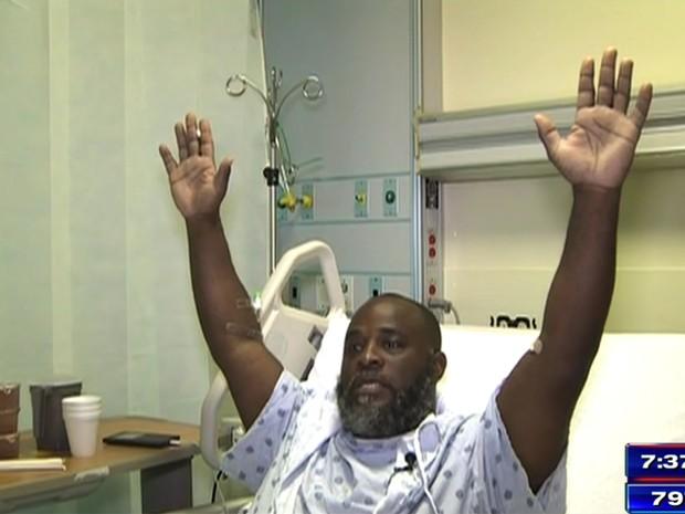 Charles Kinsey, americano negro que foi baleado por um policial na última segunda na Flórida, explica no hospital em entrevista à emissora WSVN o que ocorreu naquele dia (Foto: WSVN via AP)