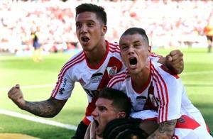 D'Alessandro comemora gol do River Plate com Driussi e Alario (Foto: REUTERS/Marcos Brindicci)