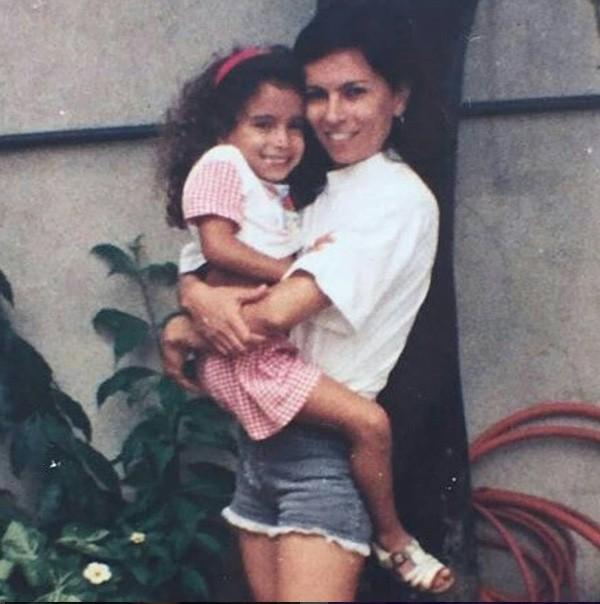 A cantora Anitta no colo da mãe, Mirian (Foto: Reprodução Instagram)