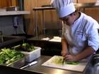 O restaurante que transformou sobras de comida dos Jogos em jantar gourmet para sem tetos