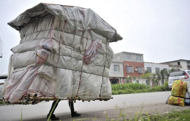 Lingchao Liu, de 38 anos, construiu uma casa intinerante (Foto: Reuters)