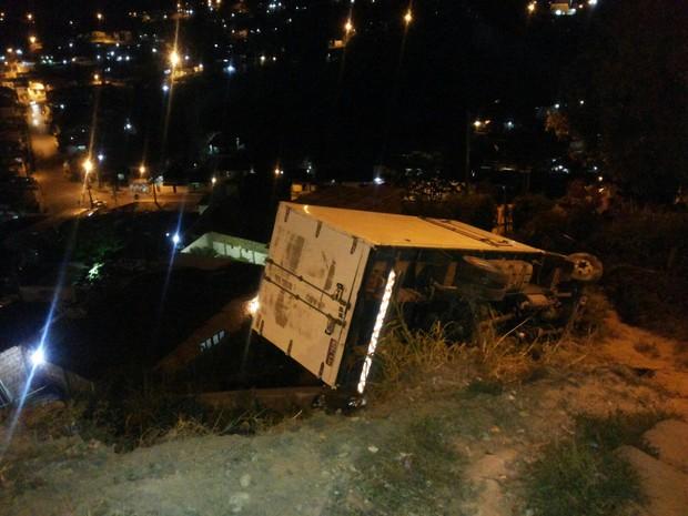 Caminhão desgovernado fica preso em barranco no Ibura, Zona Sul do Recife (Foto: Corpo de Bombeiros/Divulgação)