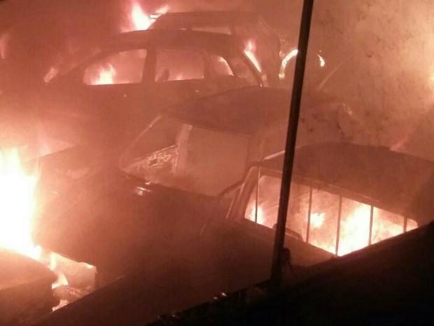 Pátio da Delegacia da 5º Regional foi incendiado (Foto: Divulgação/Watshapp)